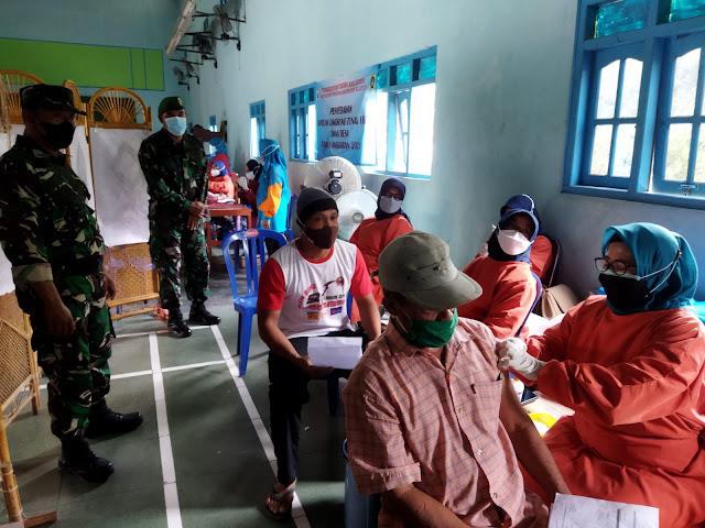 Danramil Trucuk Bersama Muspika Pantau Pelaksanaan Vaksinasi Warga Desa Jatipuro.