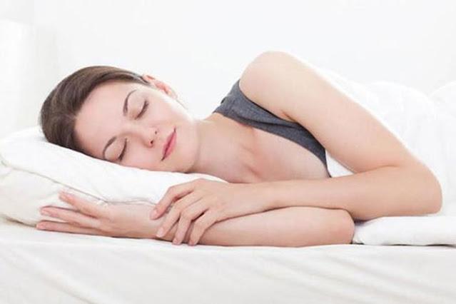 Nên ngủ đủ giấc để hạn chế triệu chứng của bệnh