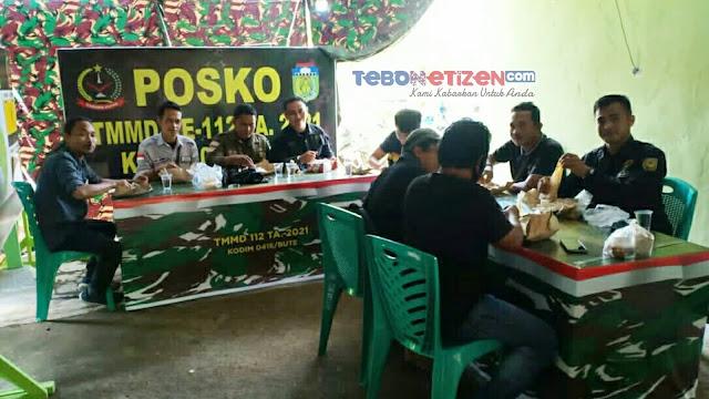Prajurit Kodim 0416/Bute Makan Siang Bersama Wartawan di Posko TMMD ke-112