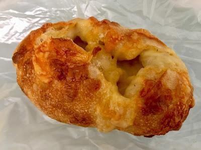 ミカヅキ堂のコンテチーズのパン