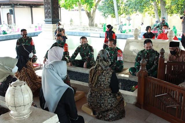 Ziarah ke Makam Bung Karno, KASAD Dan Ketum Persit KCK Didampingi Dandim 0808/Blitar
