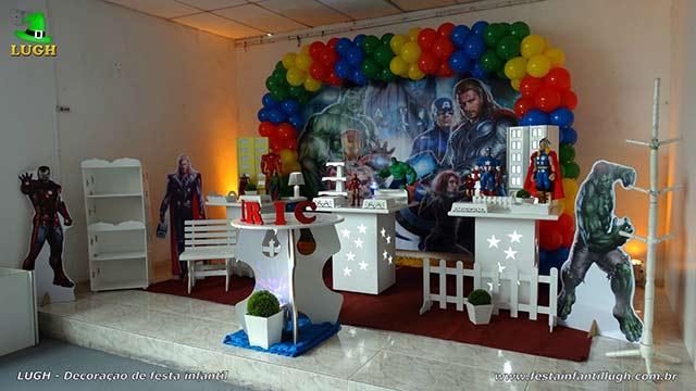 Decoração mesa provençal para o bolo de aniversário com o tema Os Vingadores