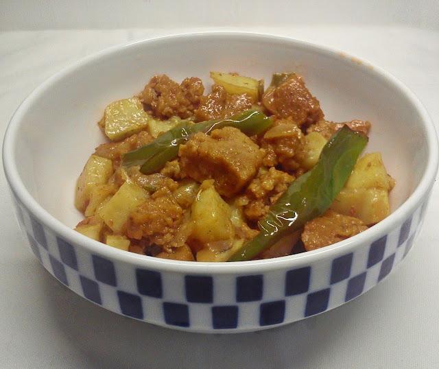 Seitan Encebollado con Patatas y Pimientos.