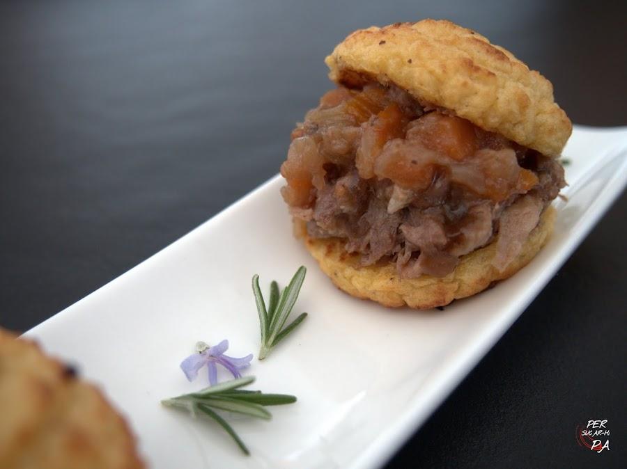 Mini hamburguesas de estofado de rabo de buey, en falso pan de puré de raíces, en su salsa