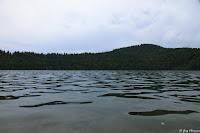 Les eaux noires du lac Pavin, Auvergne, France 2019