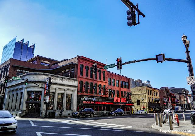 Lower Broadway, onde se concentram muitas das casas de música country de Nashville