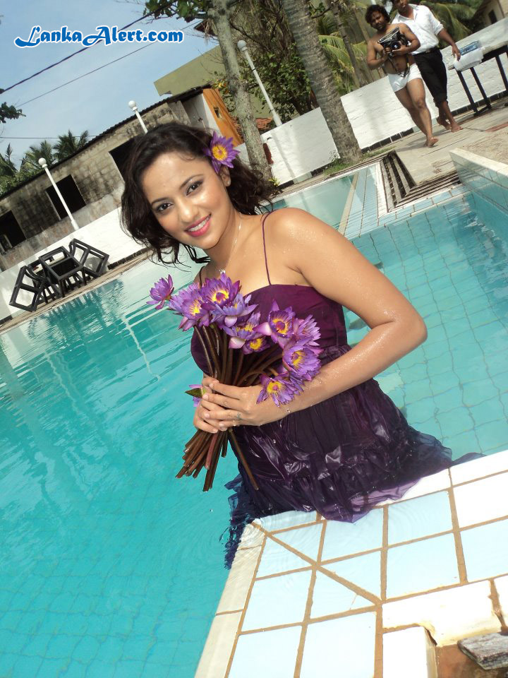 SL Hot Actress Pics: udari Before Underwater Photo Shoot Udari Warnakulasooriya Bikini With Underwater