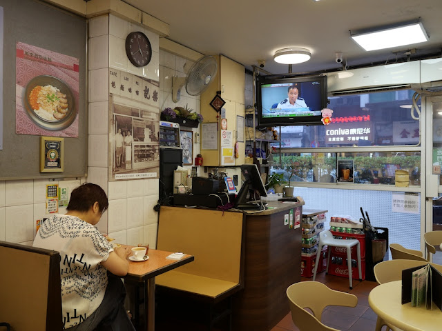 Hong Kong police news conference on TV at a Macau cafe