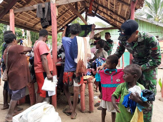 Satgas TNI AD Berikan Pakaian Layak Pakai Kepada Warga di Pedalaman Papua