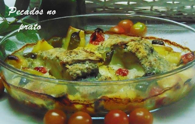 Bacalhau assado no forno com batatas, tomate e pimento