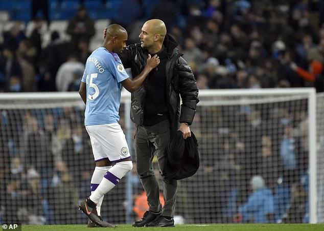 """Man City """"tặng quà năm mới"""" cho Fernandinho"""