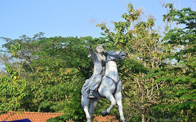 Patung Pangeran Diponegoro menunggangi kuda di Gua Selarong