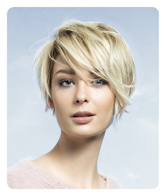 blond z długą grzywką na bok