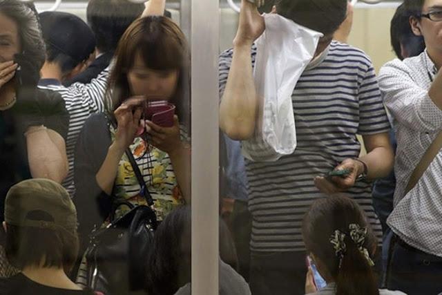 Tội phạm biến thái thường sử dụng điện thoại tích hợp camera lén chụp dưới váy các nữ sinh trên các chuyến tàu điện đông người (Ảnh minh họa)