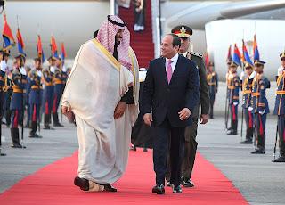 ترحيب يحلق بسماء مصر احتفالاً بزيارة ولي العهد