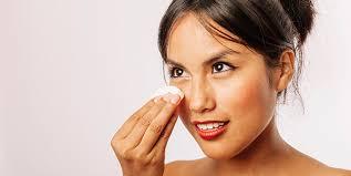 La façon d'utiliser l'huile d'amande pour enlever le maquillage