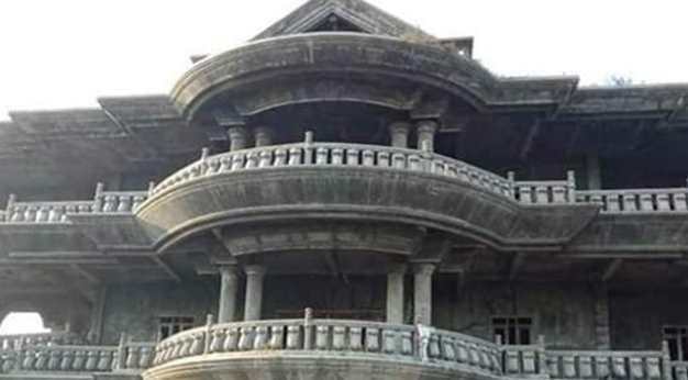 Viral Rumah Mewah Bak Istana di Garut yang Terkesan Angker