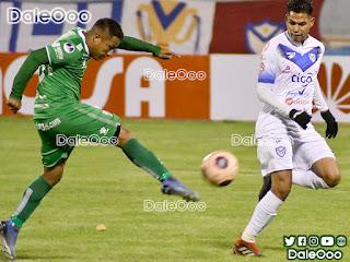 Oscar Salinas al momento de anotar su golazo en el partido entre San José y Oriente Petrolero - DaleOoo