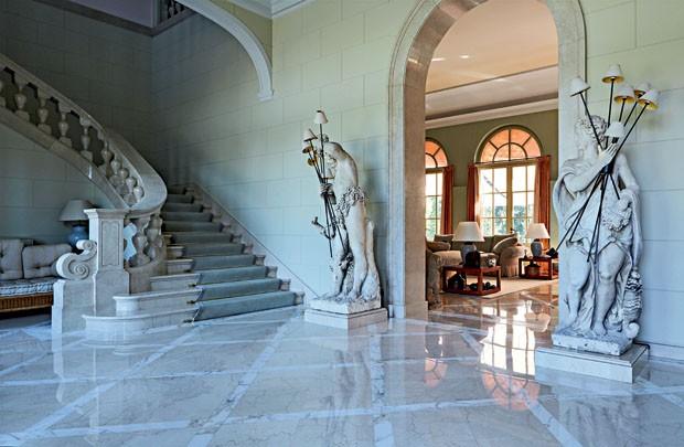 la casa de giorgio armani en pavia es un autntico palacio con todo el esplendor italiano del paradisaco lugar y el buen gusto del modisto