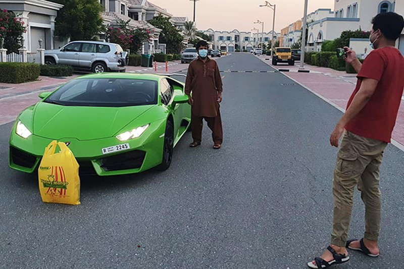 Lái siêu xe Lamborghini Huracan mui trần đi ship xoài tại Dubai