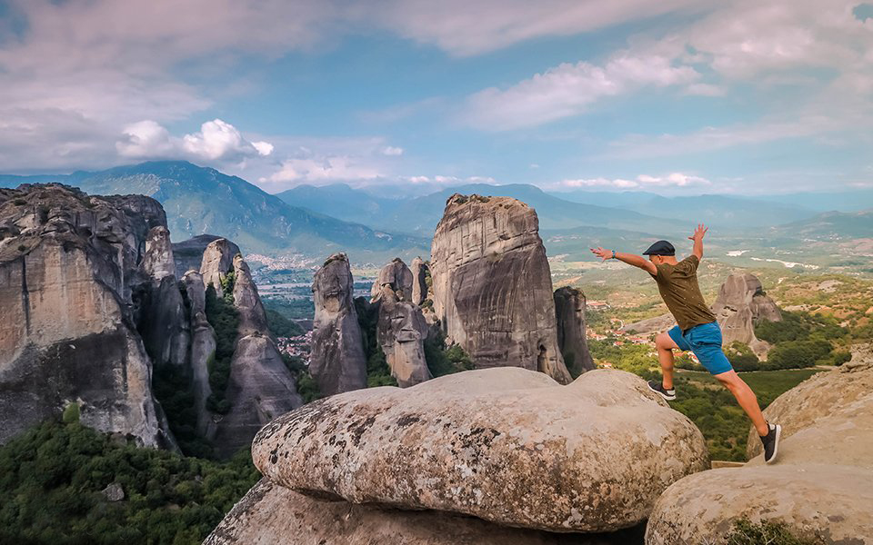 Огромные валуны у монастырей Метеоры в Греции. Парящие монастыри на скалах