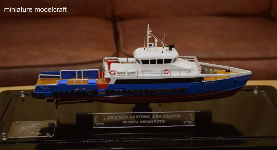 jual miniatur kapal crew boat cb peacock satu milik pt baruna raya logistics terbaik