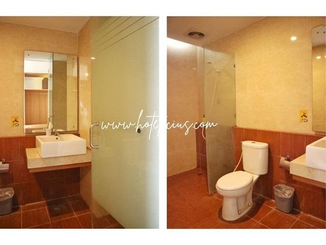 Washtafel and Bathroom In Hotel Room