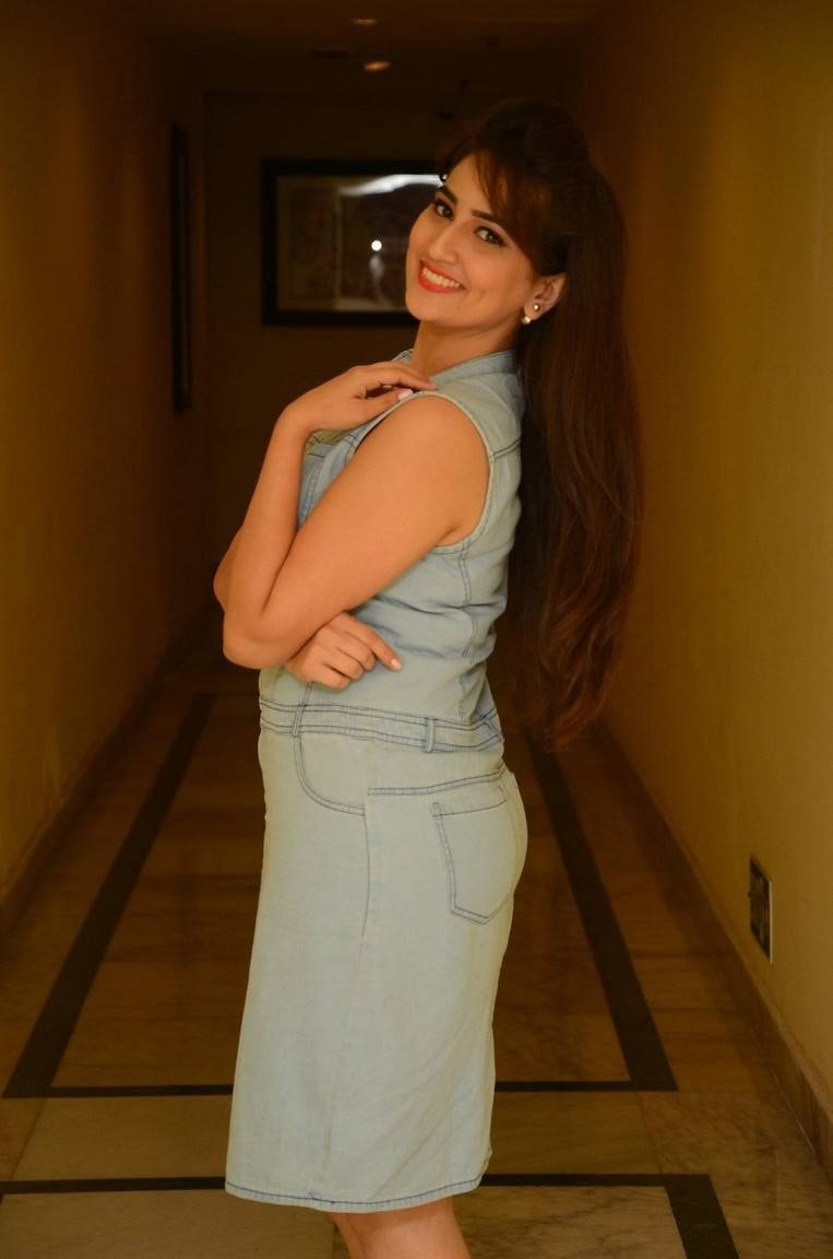 Anchor Manjusha Hot Long hair Show Photos