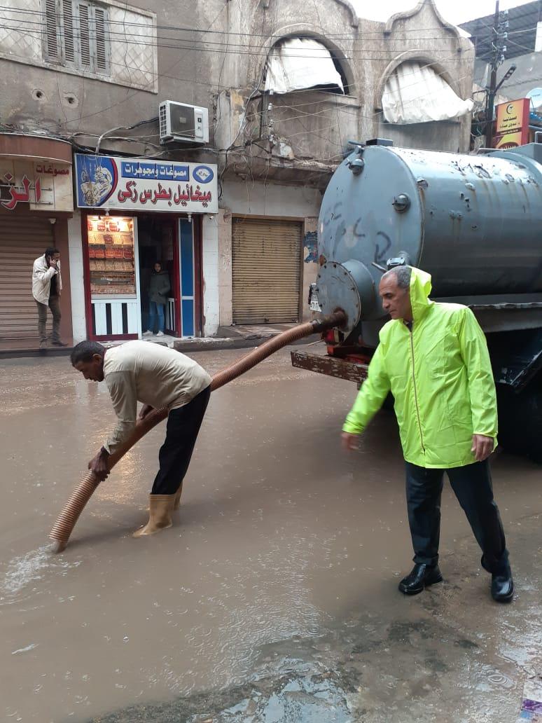 بالصور .. إستمرار أعمال كسح مياه الأمطار بمركز كوم حماده