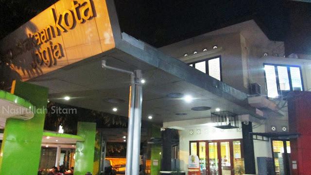 Perpustakaan Kota Yogyakarta saat malam hari