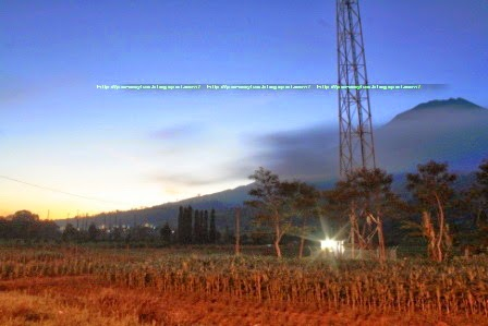 Foto Gunung Sumbing dari tugu batas Kabupaten Temanggung dengan Wonosobo.