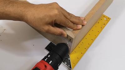 تجمييع لوحين خشب وربطهم بمنشار ربط بناء على الزاوية القائمة