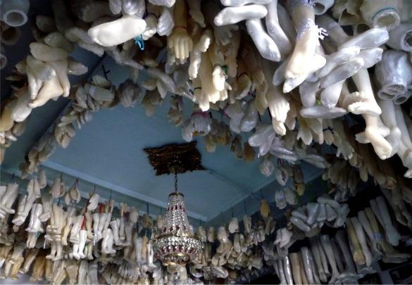 Ritual menggantung bagian tubuh yang terbuat dari lilin