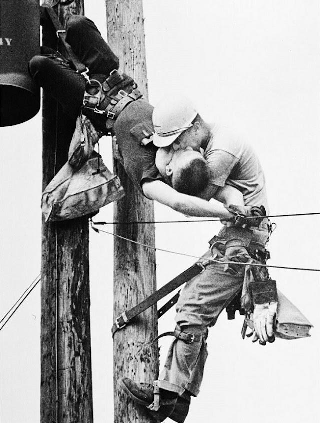 Historia de las redes eléctricas; la reanimación boca a boca entre dos trabajadores en un poste de electricidad