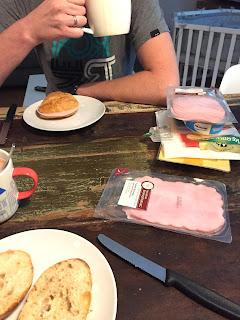 12 von 12: Frühstück mit Brötchen, Wurst und Käse