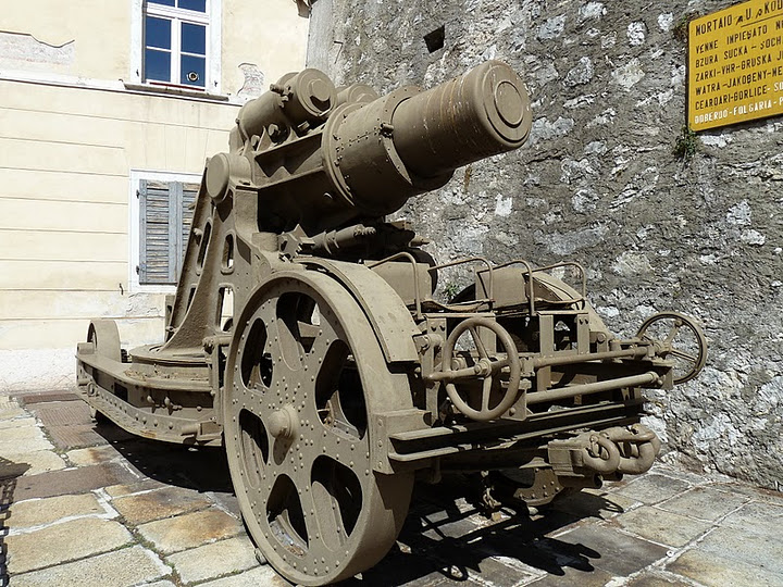 The Skoda 305/10 artillery gun in front of the museum in Rovereto, Italy