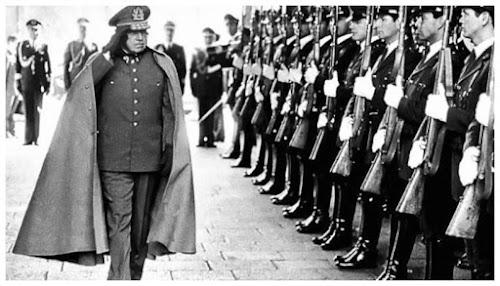 O ditador do Chile, Augusto Pinochet, cercado de soldados.