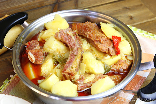 Patatas guisadas con costillas adobadas. Julia y sus recetas