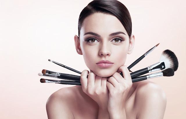 Loja de cosméticos ensina mulheres a se maquiar