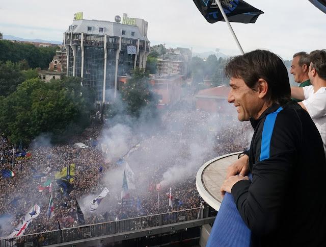 Antonio Conte celebrating Inter milan title win during parade
