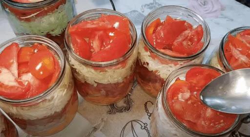 Вкусный, свежий и хрустящий слоеный салат из капусты на зиму, без варки