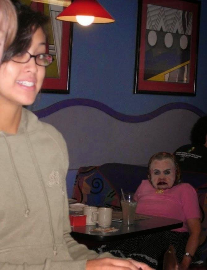 La abuela de Michael Myers de la película halloween  sentada comiendo