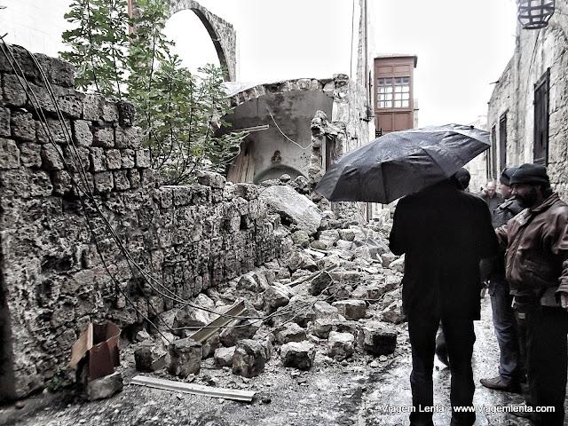 Muro desabado na cidade medieval no dia seguinte devido às chuvas