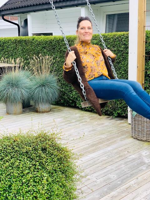 Jeanette klarer seg utmerket med å ha terrasse som hage - her ser du henne på husken IMG_3453 (1)