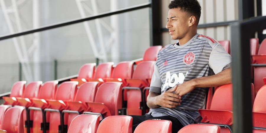 b835603636338 O Manchester United apresenta um design gráfico cinza claro e escuro com a  coloração vermelha no emblema do clube e nas listras e logotipo adidas.