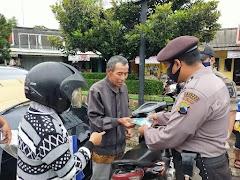Sukseskan PPKM Mikro,  Satgas COVID-19 Kabupaten Batang Bagikan Ratusan masker ke Warga