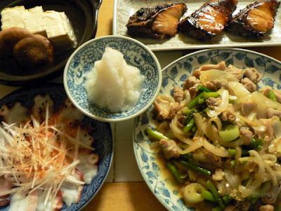 夕食の献立 献立レシピ 飽きない献立 ぶり照り焼き 白モツ玉ねぎ塩炒め ねぎタコ 湯豆腐