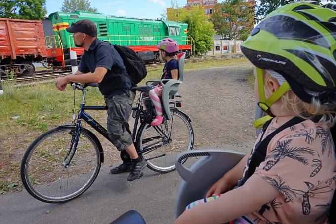 Kahden lapsen kanssa pyöräretkellä - Hamax Sleepy pyörän lastenistuimina