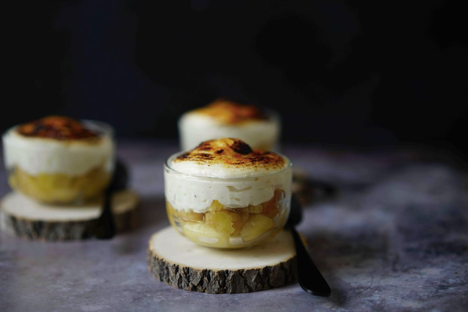 crème légère , meringue italienne , pommes cuites , flambées