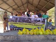 Penyerahan bantuan di Banjar Sida Karya, Bayan